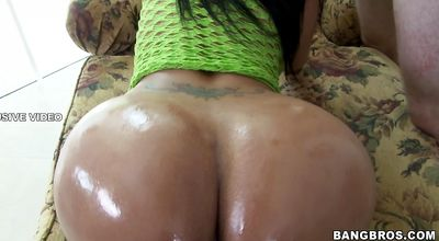 Sensational brunette diva Paola is in need of drilling